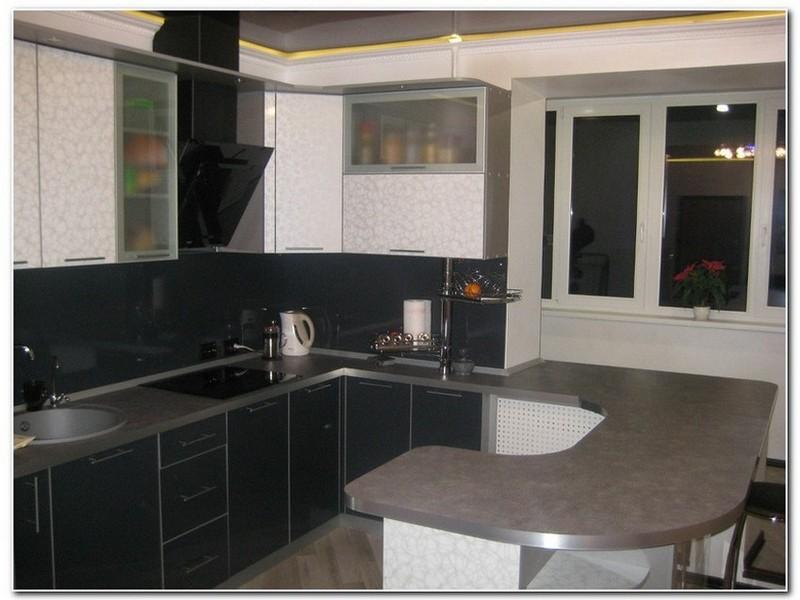Угловая кухня с барной стойкой.