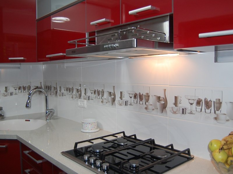 Фартуки для бордовой кухни фото