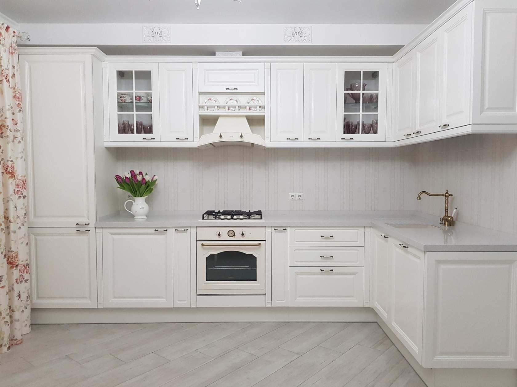 Белая кухня с белой столешницей идеи удачного дизайна
