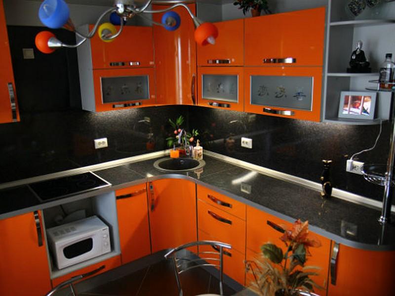 Оранжевые кухни с корпусом венге