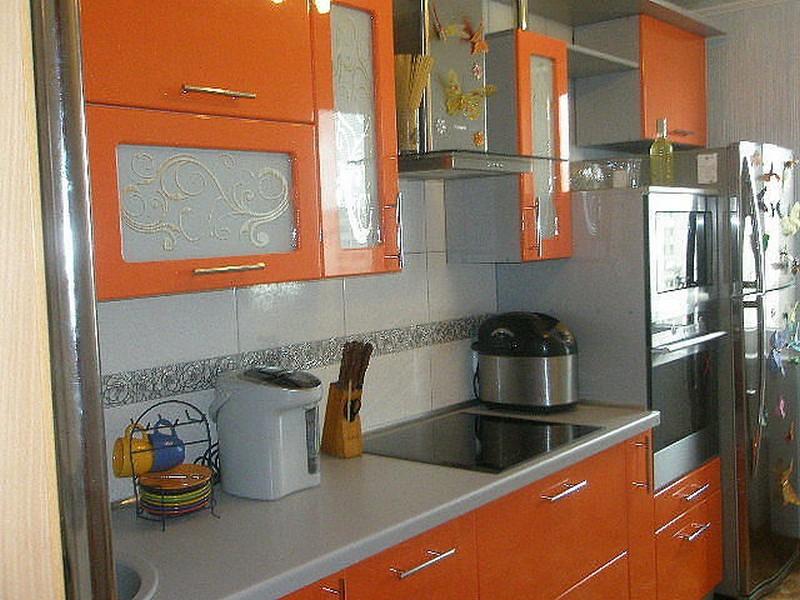 Интерьер оранжевых кухонь из пластика