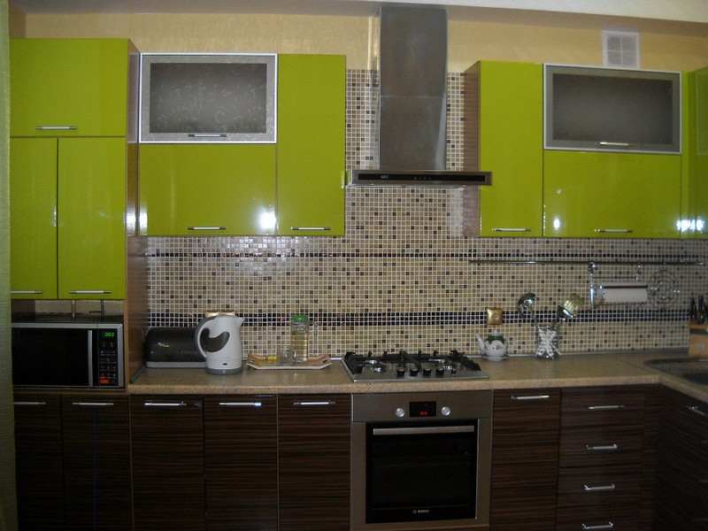 зеленая с коричневым кухня фото