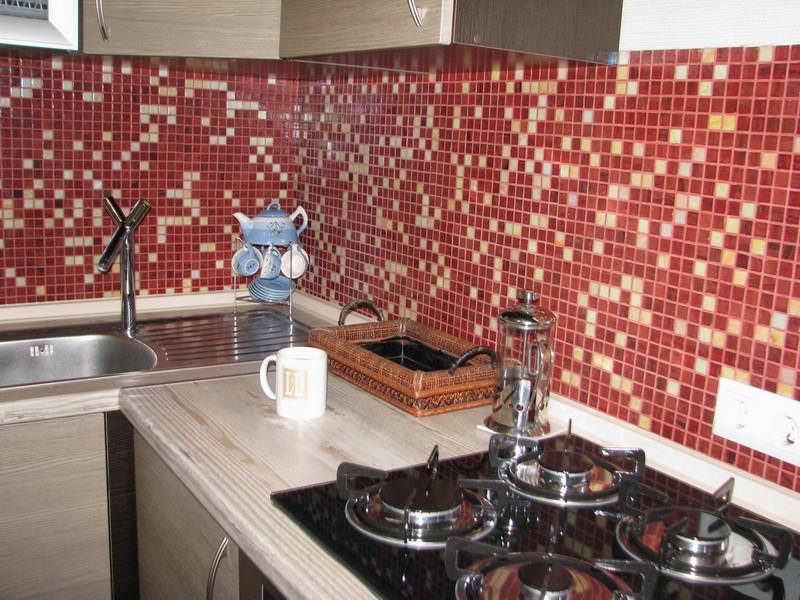 Мозаика для кухонного фартука: достоинства и недостатки