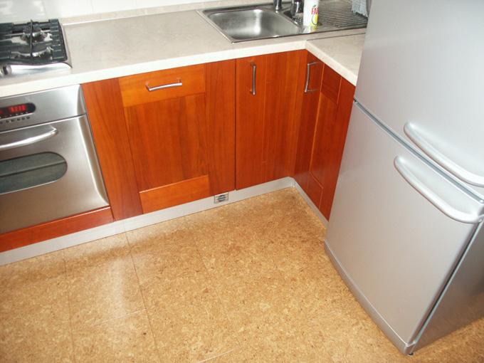 Пробковый пол на кухне: можно ли использовать, виды пробки, уход