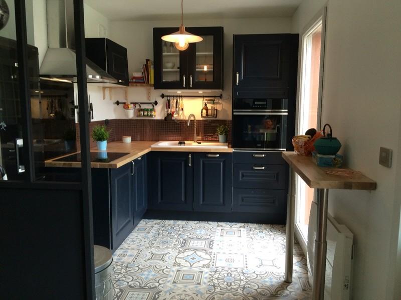 Кухня с деревянной столешницей: плюсы и минусы, варианты цветовых решений, фото примеры