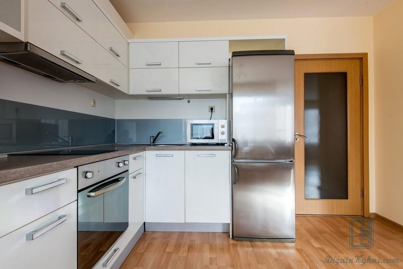 как лучше установить холодильник на кухне фото владельцам небольших скромных