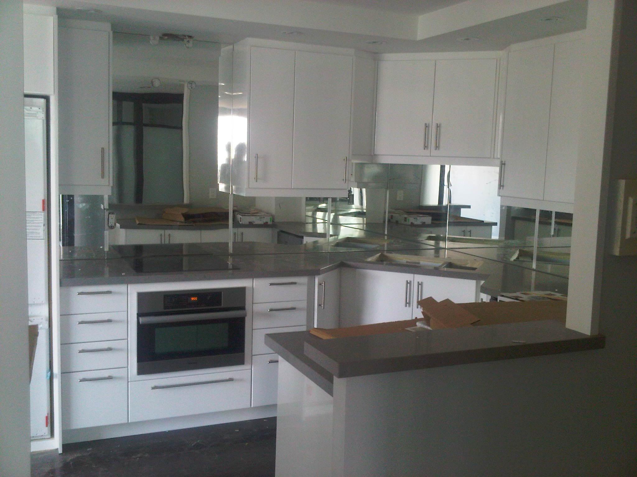 Зеркало в интерьере кухни: советы по выбору и размещению, фото примеры