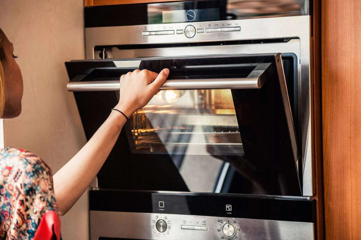 Как быстро отмыть духовку внутри
