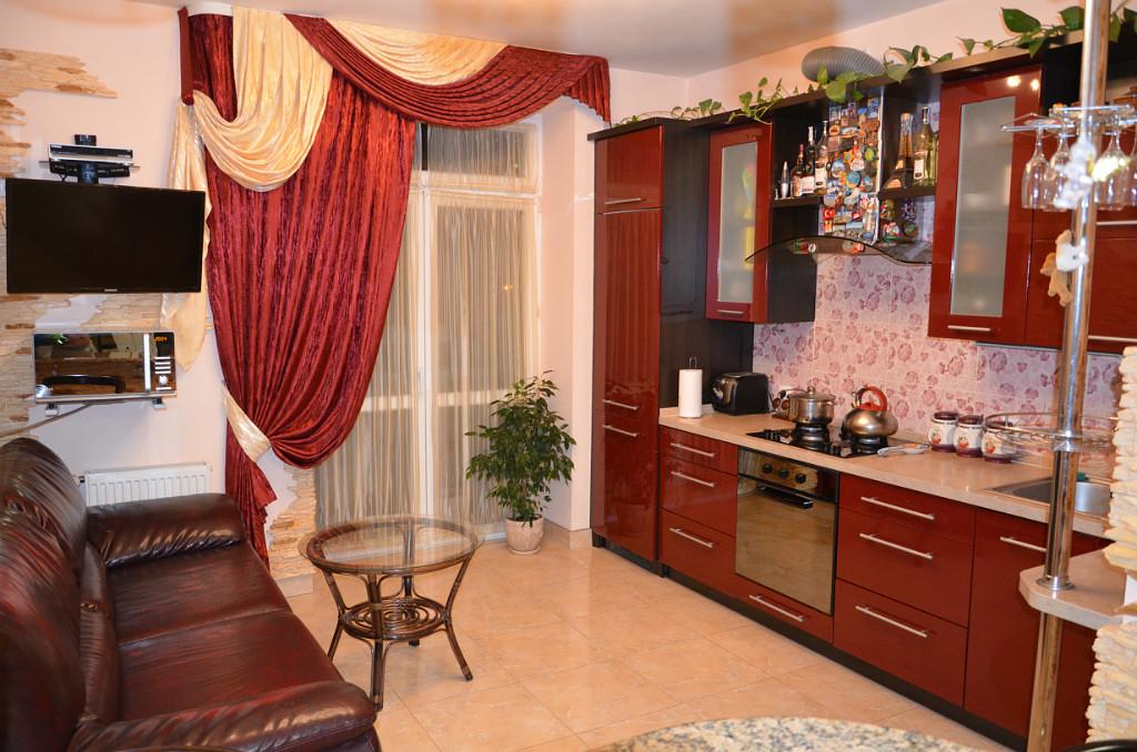 Какие шторы подойдут к красной комнате, кухне (11 фото)